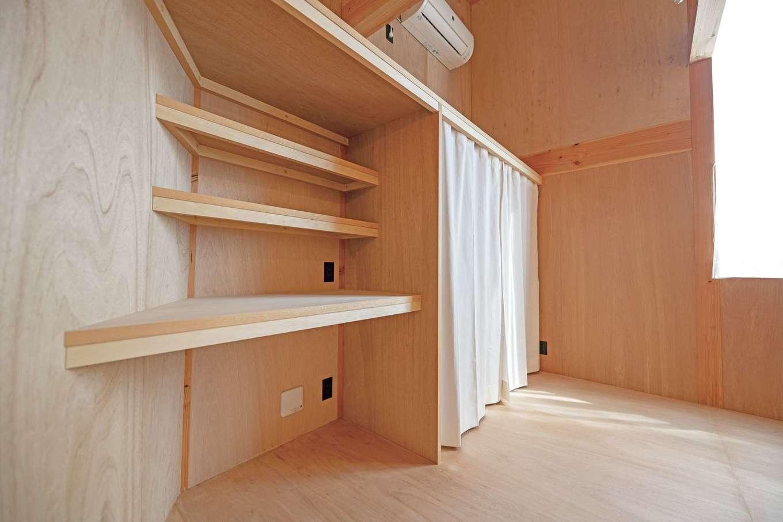 建杜 KENT(大栄工業)【デザイン住宅、狭小住宅、建築家】寝室の一画には造作のデスクコーナーが。収納部分もオープンで自由に使える
