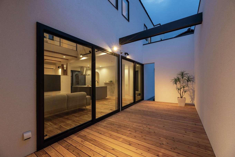 HOUSE PLAN(R+house沼津・伊東)【デザイン住宅、間取り、建築家】外からの視線を遮りながらBBQや水遊びを楽しめるインナーパティオ(中庭)。駐車場からもアクセスできる
