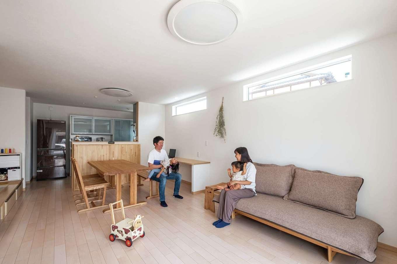 イデキョウホーム【二世帯住宅、省エネ、屋上バルコニー】白を基調としたシンプルな子世帯のLDK。ローソファはご主人のこだわり