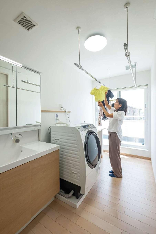 イデキョウホーム【二世帯住宅、省エネ、屋上バルコニー】ゆったり広々のランドリールーム。女子率が高いので、洗面室と脱衣室を離して使いやすくした