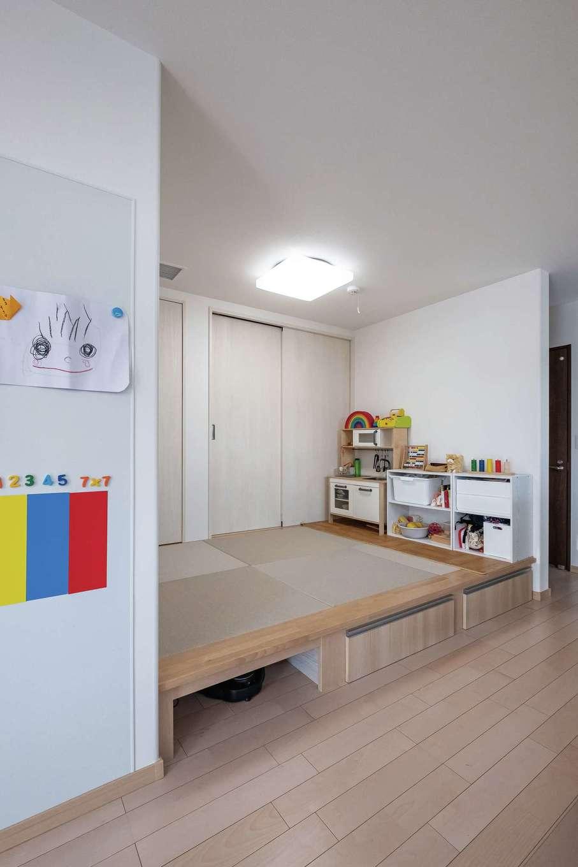 イデキョウホーム【二世帯住宅、省エネ、屋上バルコニー】キッチンから目が届く場所に小上がりの畳コーナーを