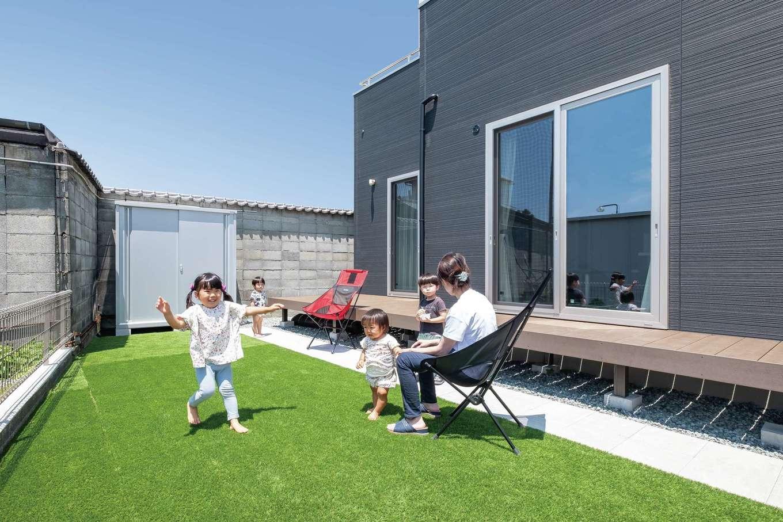 イデキョウホーム【二世帯住宅、省エネ、屋上バルコニー】広い庭は子どもたちの絶好の遊び場。ウッドデッキは、お父さまとお母さまが一緒にお酒を呑むために設置した