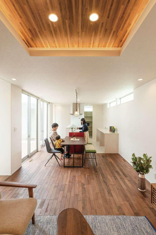 ティアラホームスタイル【デザイン住宅、間取り、平屋】明るくゆったりとした広さのあるLDK。リビング部分は折り上げ天井にして、さらに開放感をアップ。間接照明がくつろぎの時間を温かく包む