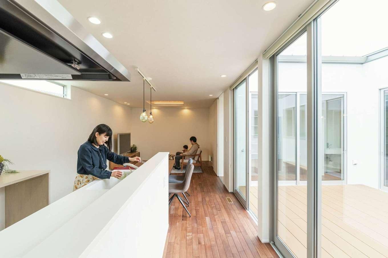 ティアラホームスタイル【デザイン住宅、間取り、平屋】中庭に面したキッチンからは子どもがどこにいても見守ることができる