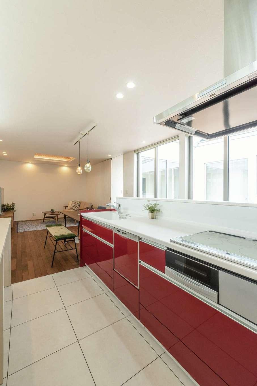 ティアラホームスタイル【デザイン住宅、間取り、平屋】キッチンは奥さまの好きな色を選んで、シンプルな空間の差し色に