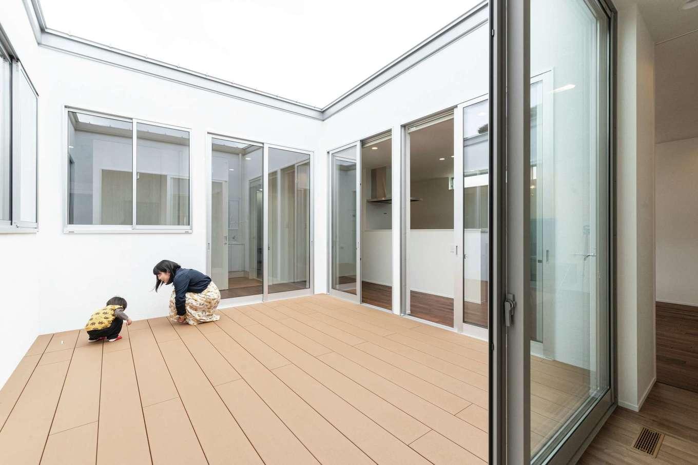ティアラホームスタイル【デザイン住宅、間取り、平屋】日中の光を取り込む中庭。家のどの部屋にも明るさをもたらし、セカンドリビングに、子どもの安全な遊び場にと大活躍する