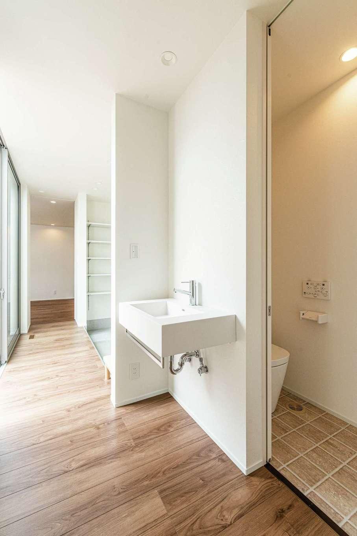 ティアラホームスタイル【デザイン住宅、間取り、平屋】玄関ホールには帰宅後すぐ使える位置に手洗いを設けた