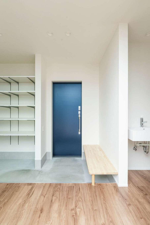 ティアラホームスタイル【デザイン住宅、間取り、平屋】奥さまが一目惚れしたブルーの玄関ドアが目を引く。土間に造作したベンチは、ちょっと腰掛けるのに便利