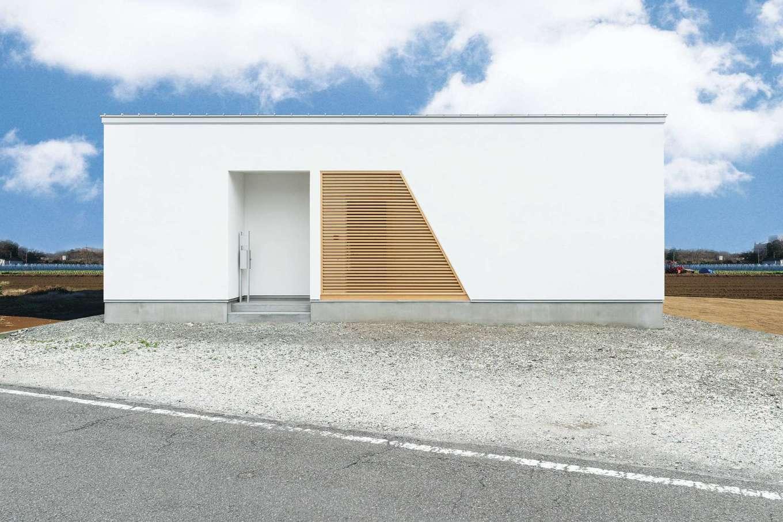 ティアラホームスタイル【デザイン住宅、間取り、平屋】外観は真っ白なモルタル塗りの壁と柔らかな印象の木のルーバーがモダンな印象に