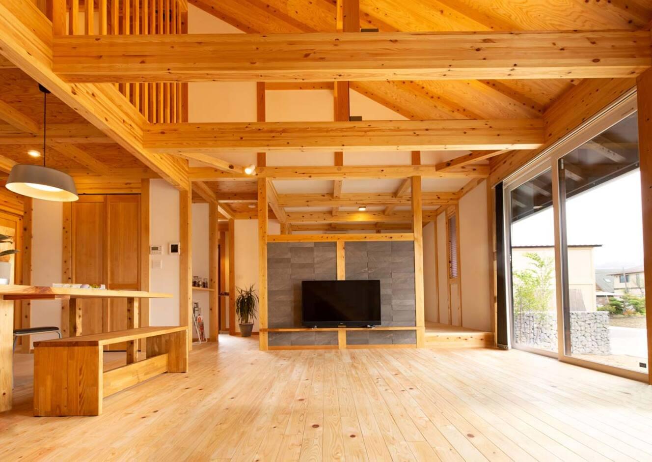 サイエンスホーム山梨【甲府市中町3-15・モデルハウス】素足でも気持ちいい無垢の床、開放感が魅力のリビングダイニング