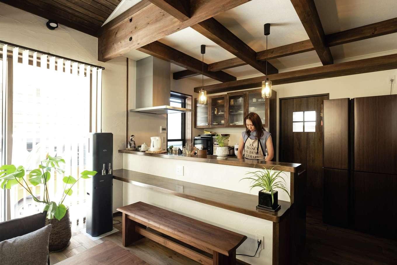 TDホーム静岡西 ウエストンホームズ【デザイン住宅、和風、自然素材】ヒノキのカウンターや造作のカップボードが統一感を演出。背後に水回りをまとめ、家事効率をアップ