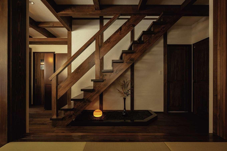 TDホーム静岡西 ウエストンホームズ【デザイン住宅、和風、自然素材】「腕のいい大工さん、気が利く監督さんでありがたかった」とご主人。階段下には玉砂利が敷かれた箱庭。ほどよい和の風情が空間になじむ
