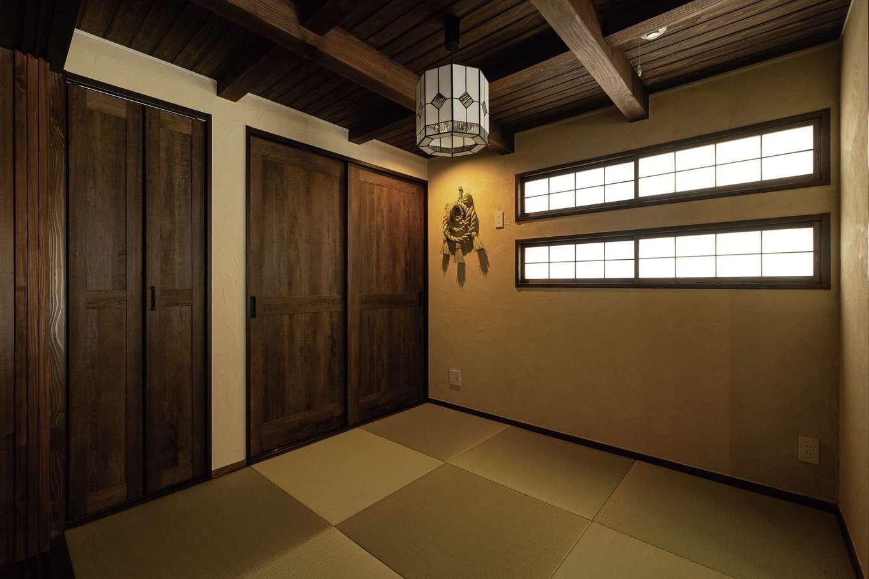 TDホーム静岡西 ウエストンホームズ【デザイン住宅、和風、自然素材】和室は建具を閉めれば個室に。収納内部には調湿効果に優れるスギを採用。奥さまセレクトの平和結びのしめ縄が照明に浮かぶ