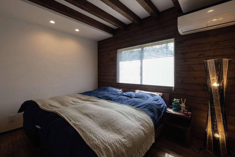 TDホーム静岡西 ウエストンホームズ【デザイン住宅、和風、自然素材】寝室は一面に張られた無垢と現しの梁で、落ち着きをプラス。右手のウォークインは使い勝手まで配慮されている