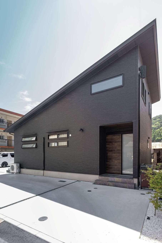 TDホーム静岡西 ウエストンホームズ【デザイン住宅、和風、自然素材】閑静な住宅街を進むと大きな片流れの屋根をもつモダンな外観が現れる。駐車場内でUターンできるよう、敷地の使い方も丁寧に吟味。南面に用意されたデッキが内と外をつなぐ