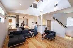 2階リビングとコの字型キッチン 陽だまりの心地よさに家族が集う