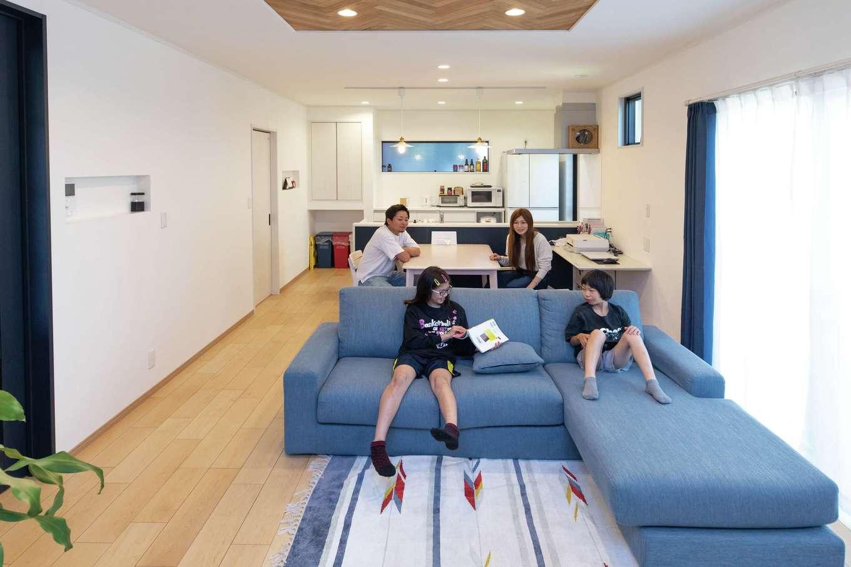 東海ハウス【1000万円台、デザイン住宅、子育て】白ベースに木のぬくもりある質感を加えたナチュラルなLDK。ネイビーとブルーがほどよく全体を引き締めている