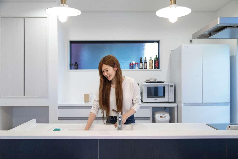 東海ハウス【1000万円台、デザイン住宅、子育て】奥さまの念願を叶えたアイランド風キッチン。背面のカップボードも量販店で購入してコストダウンできた