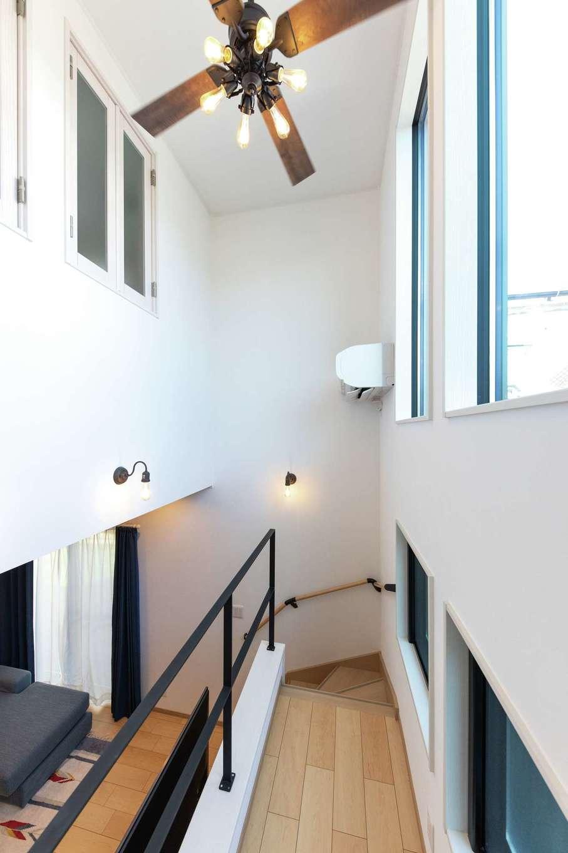 東海ハウス【1000万円台、デザイン住宅、子育て】吹き抜け上にカッコいいシーリングファンライトを設置。夜間に外から見たときの雰囲気もいい