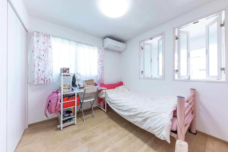 東海ハウス【1000万円台、デザイン住宅、子育て】長女の部屋は室内窓から階下を見おろせる