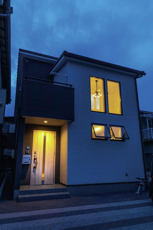 東海ハウス【1000万円台、デザイン住宅、子育て】夫婦の好みの色で張り分けたツートンの外観