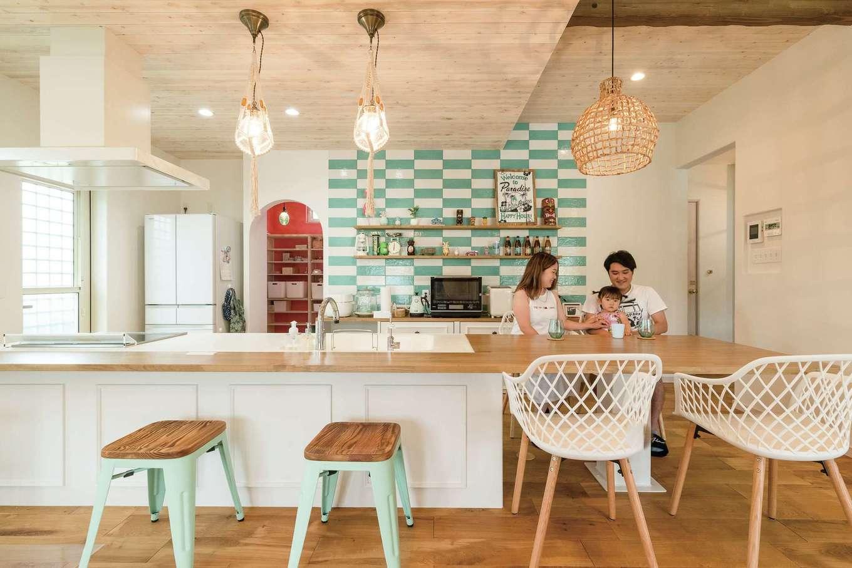 富士ホームズデザイン【デザイン住宅、輸入住宅、インテリア】人数に応じて使い分けられるオープンカウンターのキッチンは家族を見渡せ、距離を近づけるだけでなく、準備や片づけの負担も軽減する。キッチン収納は造作仕立てで、統一感も利便性も期待通り。迷ったタイルの貼り方やパントリー内のカラーは上総さんに提案してもらい、照明は同社直営ショップ「La Chouette Fuji」でセレクトした。ナチュラル感、さわやかさ、オリジナリティがブレンドされ、ハワイで購入した雑貨も似合うTさん一家らしい空間に仕上がった