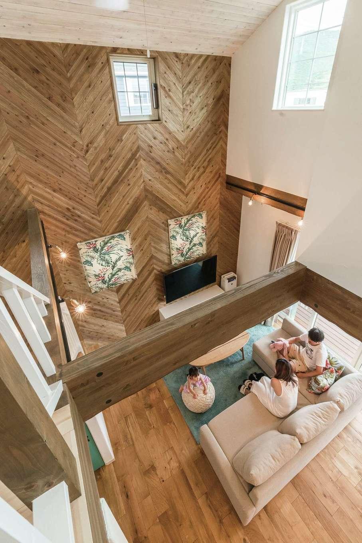 富士ホームズデザイン【デザイン住宅、輸入住宅、インテリア】オークと珪藻土に包まれるLDKは、デッキや庭ともつながり圧倒的な開放感。天井まで立ち上るヘリンボーンの壁、木目を生かして塗られた天井がリゾート感を演出する