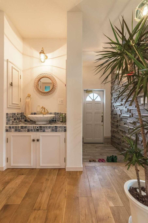 富士ホームズデザイン【デザイン住宅、輸入住宅、インテリア】帰宅時や来客も使用できるよう、洗面台は玄関横にレイアウト。鏡や照明、タイルはもちろん、収納の取っ手やタオル掛けまで丁寧に吟味