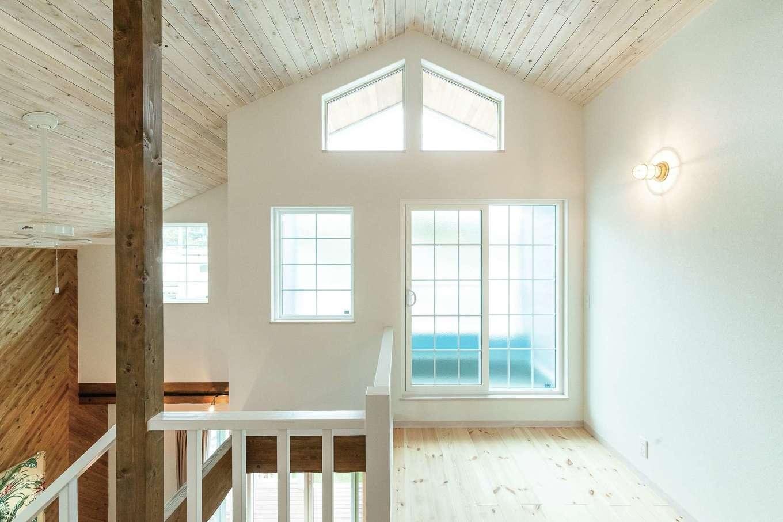 富士ホームズデザイン【デザイン住宅、輸入住宅、インテリア】2階ホールはLDKと各部屋をつなぎ、家族の自然な交差をうながす役割。ここで過ごす時間が長くなるよう、右手には造作の本棚が備えられている