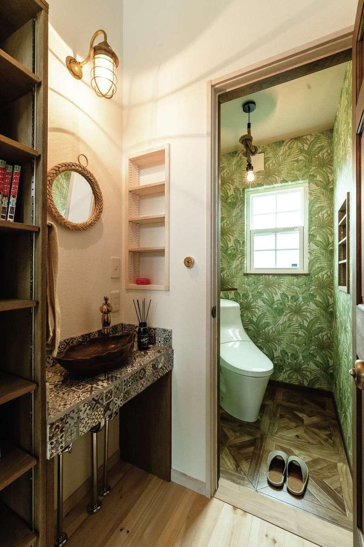 富士ホームズデザイン【デザイン住宅、輸入住宅、インテリア】一般的にはメリハリをつけてシンプルにまとめることの多い2階の洗面やトイレまで要望がしっかり形になった。水栓やスイッチ類も妥協なくセレクト
