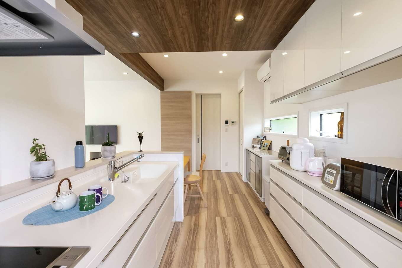 静鉄ホームズ【デザイン住宅、省エネ、間取り】ゆったりとして作業しやすいキッチン。洗面脱衣所とストレートに結ぶ動線も便利