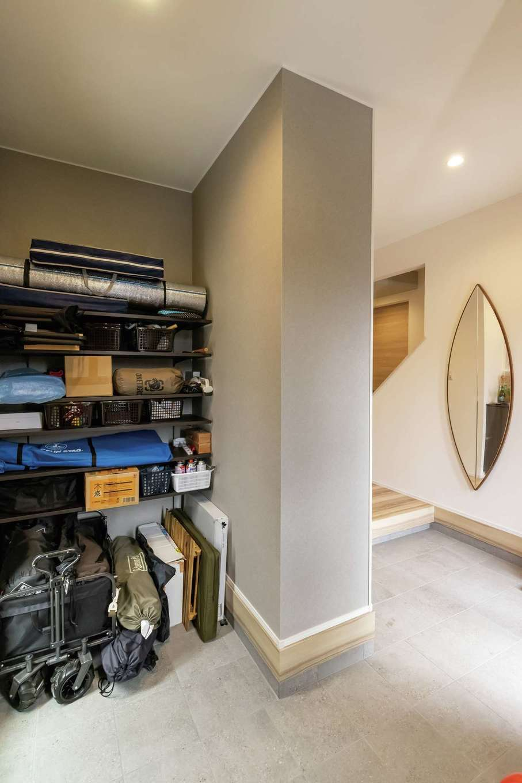 静鉄ホームズ【デザイン住宅、省エネ、間取り】玄関土間には趣味のアウトドアグッズを整理整頓し収納できる棚を造作