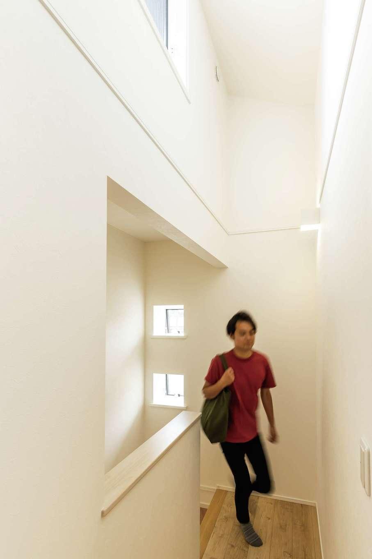 静鉄ホームズ【デザイン住宅、省エネ、間取り】高窓から光が差し込む吹き抜けの2階ホール