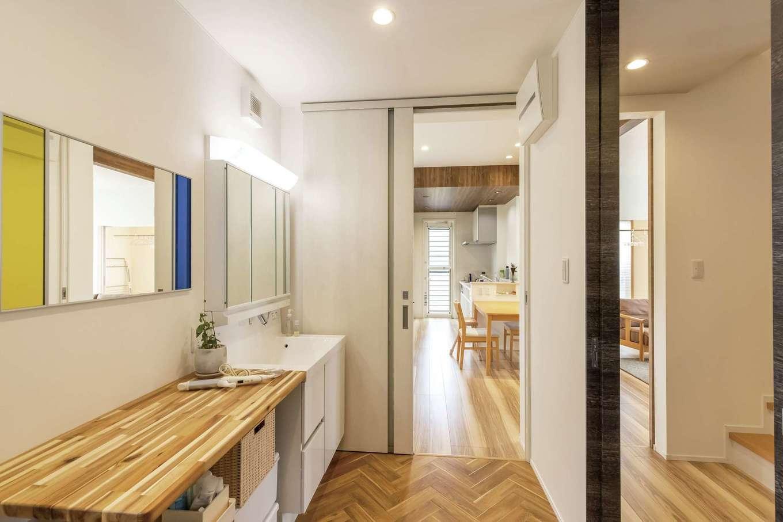 静鉄ホームズ【デザイン住宅、省エネ、間取り】洗面脱衣所は、玄関ホールとキッチンからの2方向動線を確保して便利な回遊性も持たせた