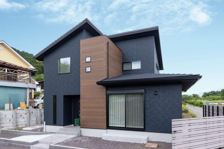 静鉄ホームズ【デザイン住宅、省エネ、間取り】「外観は黒と決めていた」とご主人。木調をアクセントに、見る角度で表情を変えるシックなデザイン