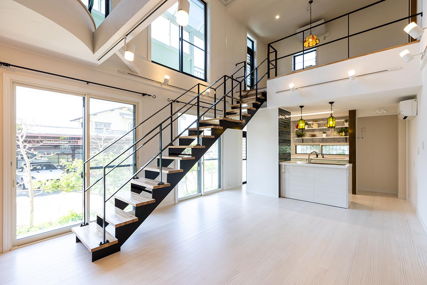 山春建設 2階リビングの床を壊し、広くて温かみのある大きな吹抜けが完成した。壁全体は空気を洗う調湿機能に優れた漆喰で快適空間を実現。さまざまな要望を叶えた生活しやすい家になった