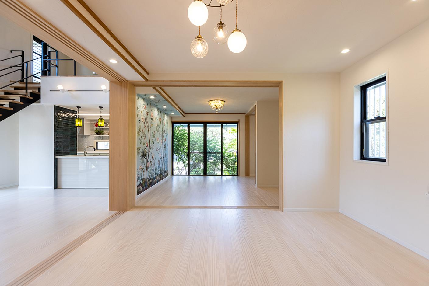 山春建設 リビングに続く元和室2間は床材・壁をリビングと統一し一体的な空間に。部屋を間仕切ることのできる引戸は段差なしのバリアフリーで安心安全