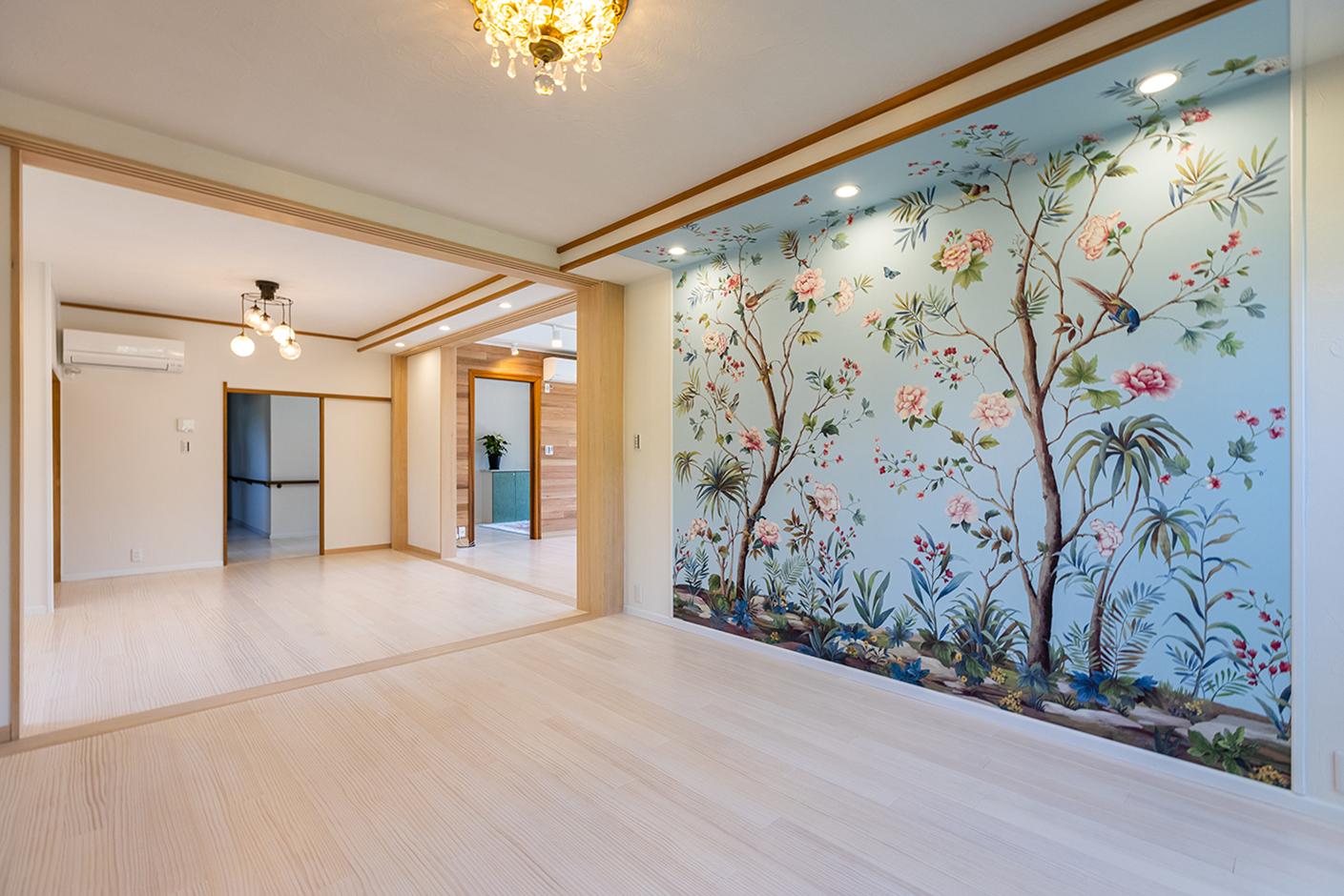 山春建設 奥の部屋は奥さまお気に入りの輸入クロスで、イメージ通りのこだわり空間が実現。好みや暮らしにあわせた部屋づくりのため、幅広い選択肢を用意している