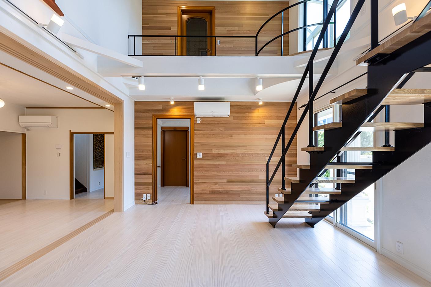 山春建設 天然木ならではの、温かみがあり、体に馴染みやすい無垢材の床には床暖房があり、エアコンなしでも暖かい吹抜け空間が実現