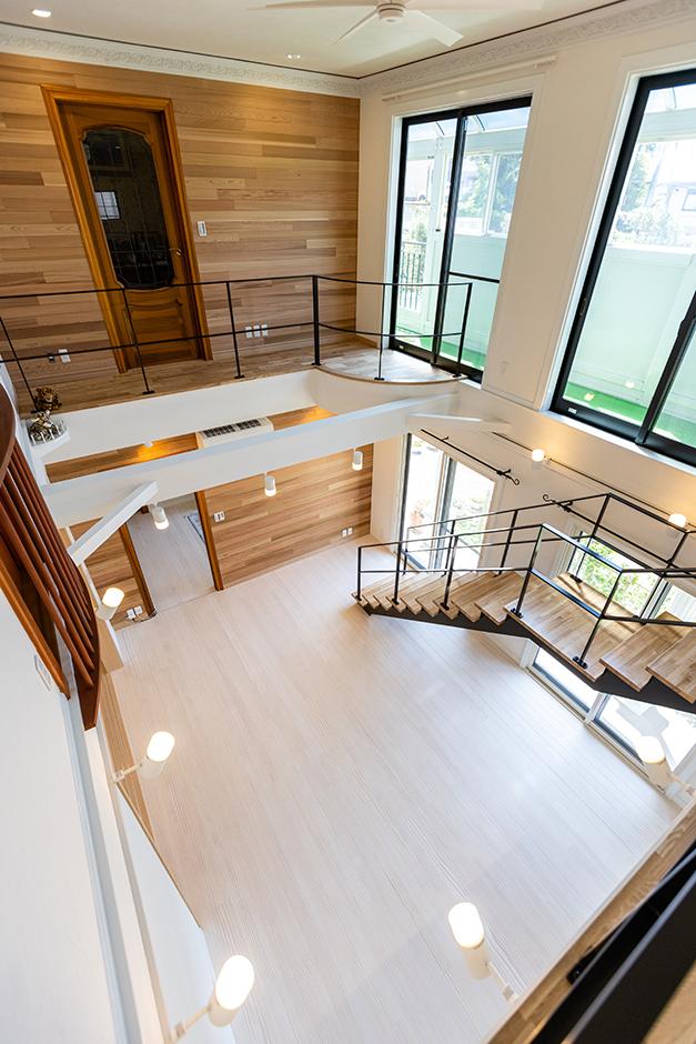 山春建設 2階リビングだった床を大きな吹抜けにして、広く明るい空間が実現