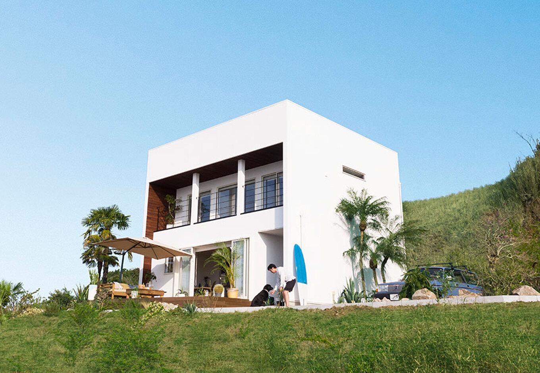 """ANJA RESORT(アースリンクイノベーション)【甲斐市・モデルハウス】テーマは""""波を待つひととき""""のような特別な時間。真っ白の外観が青空に映える。「WTW HOUSE PROJECT」が提案するデザイン住宅は、贅沢な時間と感覚を日々の中で体感できる"""