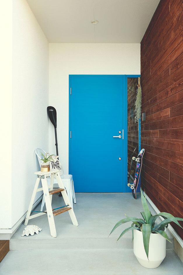 ANJA RESORT(アースリンクイノベーション)【甲斐市・モデルハウス】ターゴイズブルーの玄関扉の前には、コンクリートの土間を採用
