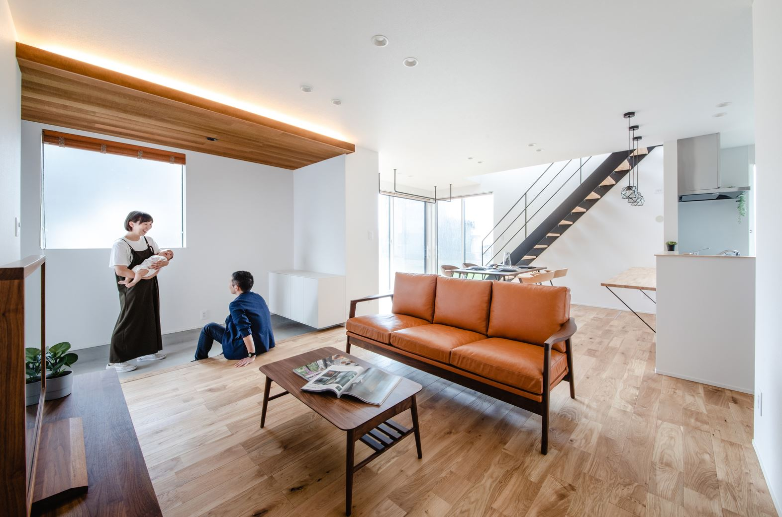 S.CONNECT(エスコネクト)【デザイン住宅、省エネ、建築家】玄関、LDK、庭と空間が一続きに繋がっており、家族が自然にリビングに集まる