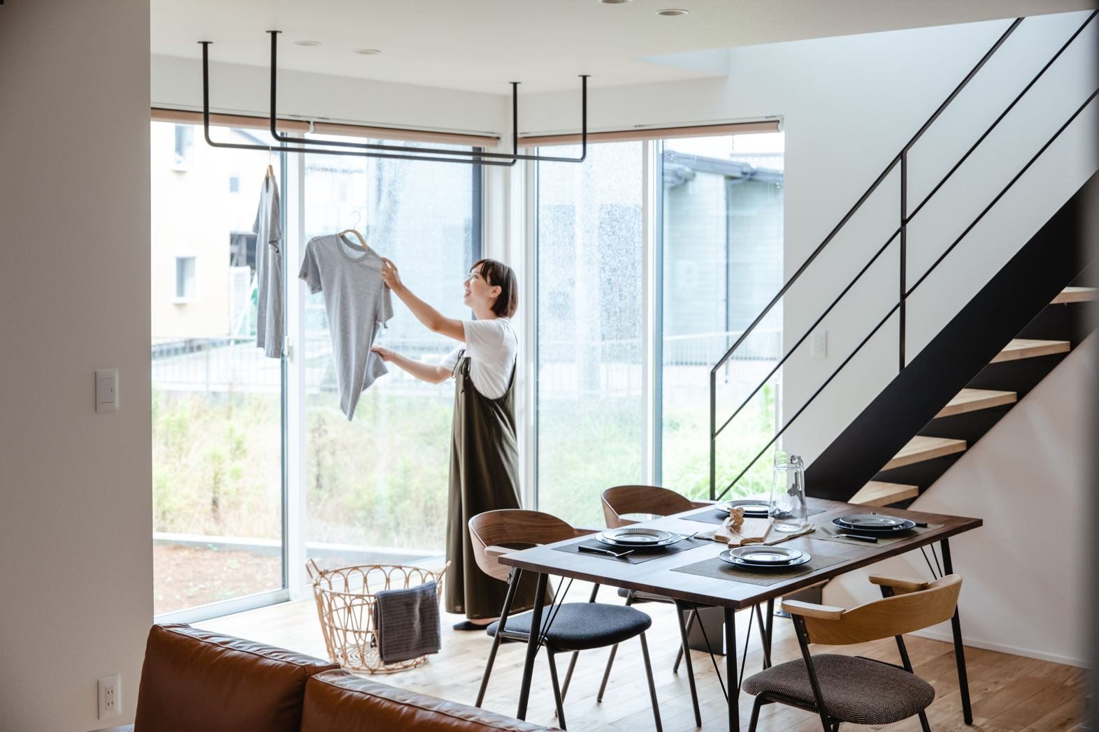 S.CONNECT(エスコネクト)【デザイン住宅、省エネ、建築家】庭に面した室内物干しスペースは、共働きの夫婦には必須の空間
