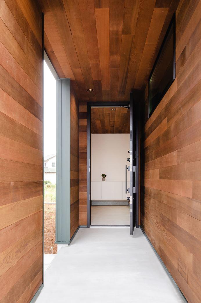 S.CONNECT(エスコネクト)【デザイン住宅、省エネ、建築家】玄関アプローチは壁と天井を板張りに。玄関扉を開けると土間の天井も板張りになっており、室内との繋がりを感じられる