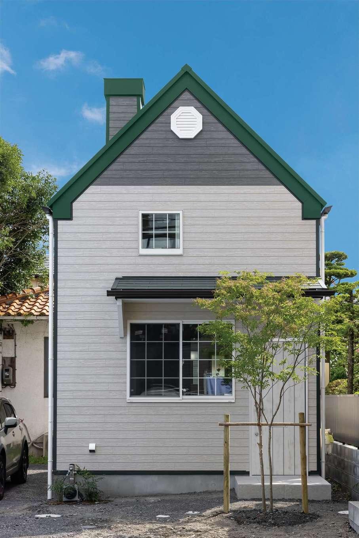 F設計【1000万円台、趣味、狭小住宅】グリーンの三角屋根と煙突が印象的なかわいらしい外観は、「赤毛のアン」に登場するグリーンゲイブルズの家をイメージ。わずか20坪の土地に約10坪の家を建てた。準規格住宅の「マイクロハウス」は都市型の狭小地、変形地に最適