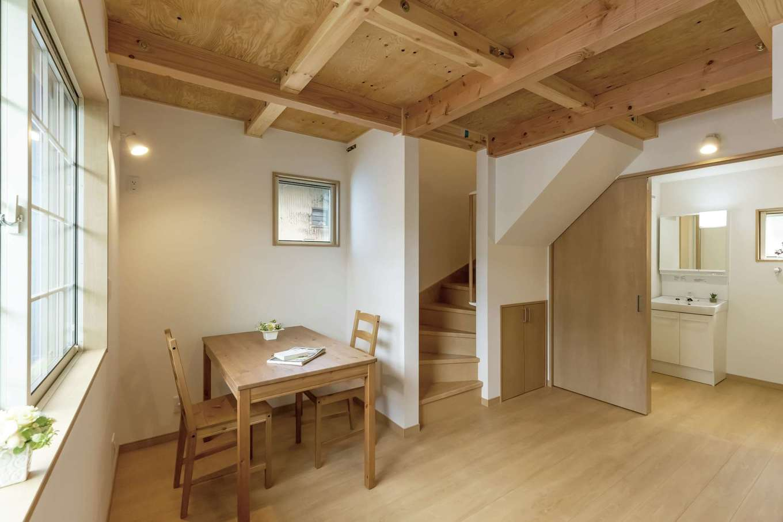 F設計【1000万円台、趣味、狭小住宅】1階は6坪。梁出し天井にシェーカー風の家具がよく似合う