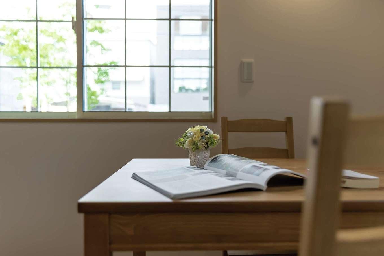 F設計【1000万円台、趣味、狭小住宅】シンプルで白い格子窓がすてき