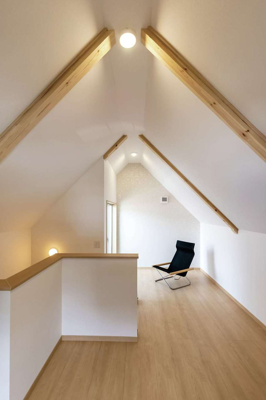 F設計【1000万円台、趣味、狭小住宅】合掌造りの2階は天井高2,800mm。開放感が気持ちいい