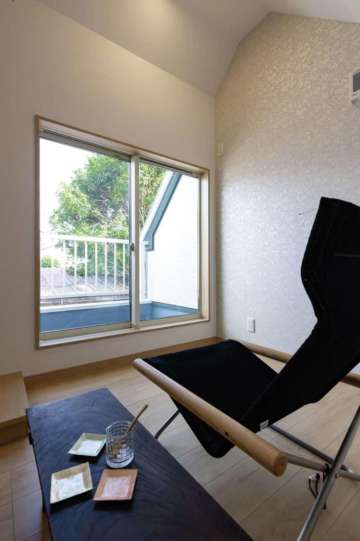 F設計【1000万円台、趣味、狭小住宅】2階は寝室や趣味部屋に。バルコニー越しに緑の借景を楽しめる